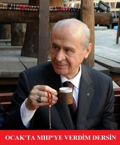 Au foyer tu diras que tu as voté MHP (Sur la photo, Devlet Bahçeli, président du MHP. Les Foyer de l'Idéal sont les lieux de socialisation et de politisation des jeunes du parti nationaliste)
