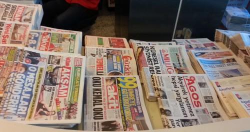 Aéroport Atatürk, présentoir à journaux de Turkish Airlines, 12/03/2015 (on ne trouve pas (encore ?) Vahdet).