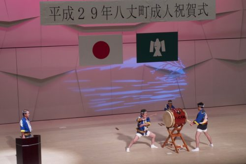 Taiko lors de la fête des jeunes. Ici le prêtre shintô en action.