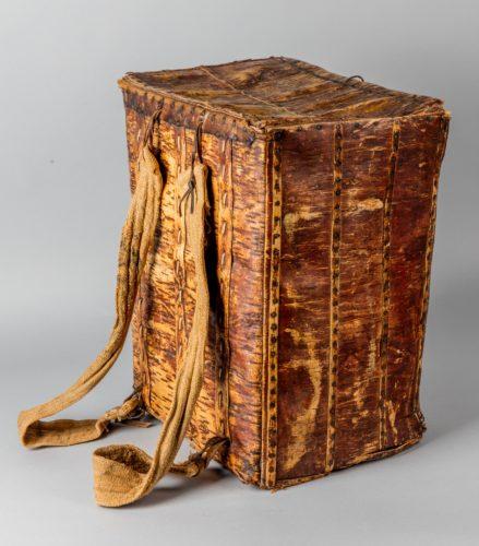 Rucksack aus Birkenrinde wahrscheinlich aus dem letzten Viertel des 19. Jahrhundert und stammend aus dem Osnabrücker Gebiet.  (Fries Scheepvaart Museum Sneek)
