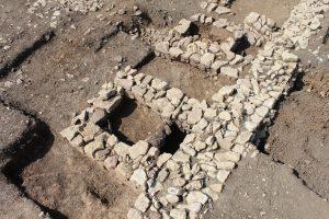 Structures de combustion du bâtiment 2: deux cuves maçonnées encadrant un foyer (cl. C. Allinne, Craham).