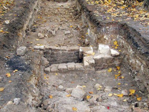 Fig. 9: Haut d'un conduit de cheminée appartenant à une maison encore enfoui dans le sol (cl. B. Guillot)