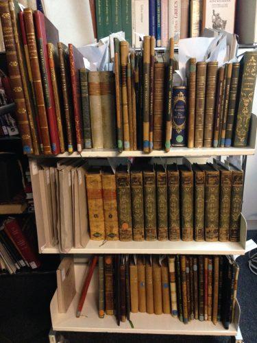 livres de la bibliothèque des ducs de Luynes en cours de traitement - Département Philosophie, histoire, sciences de l'homme