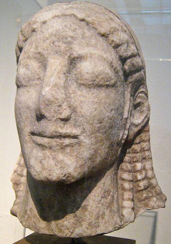 Tête d'un kouros trouvé au sanctuaire d'Apollon Ptoos en Béotie. Vers 540 av. J.-C. Auteur Sharon Mollerus licence CC BY 2.0