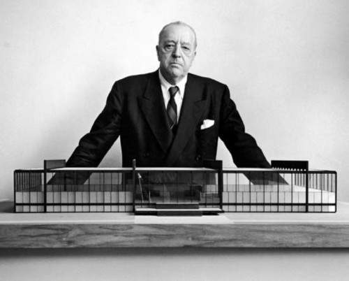 Arthur Siegel, Ludwig Mies van der Rohe devant la maquette du Crown Hall de l'IIT de Chicago, janvier 1954.