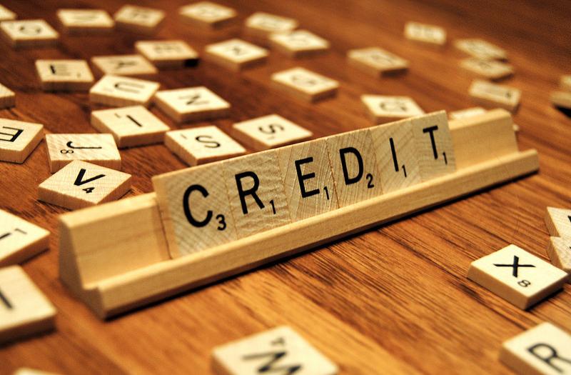 Pièces de scrable formant le mot crédit
