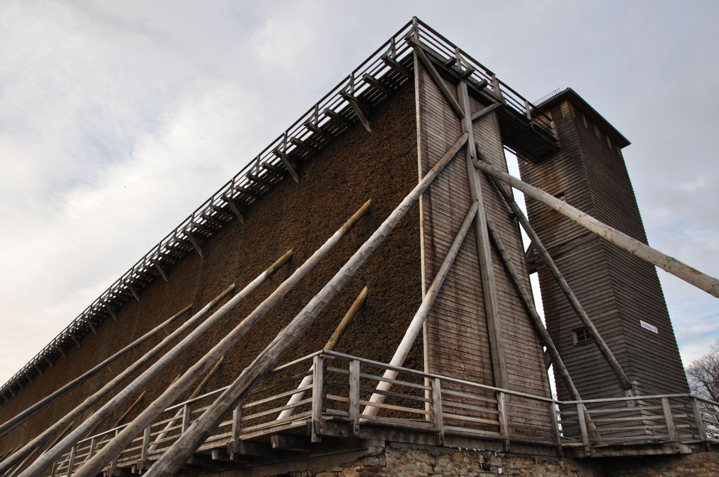 Gradierwerke, bis zu 10 Meter hohe Wände aus aufgeschichtetem Schwarzdorn, mit markanten, parallel verlaufenden Stützstreben