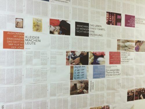 Wandinstallation mit bedruckem Papier. Teilweise Schriftseiten, teilweise mit Bildern