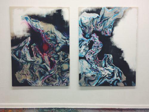 Zwei Werke die bunte Formen zeigen und aussehen wie schillerndes Öl das sich in veerschlugenen Formen mit schwarer und weißer Tinte mischt