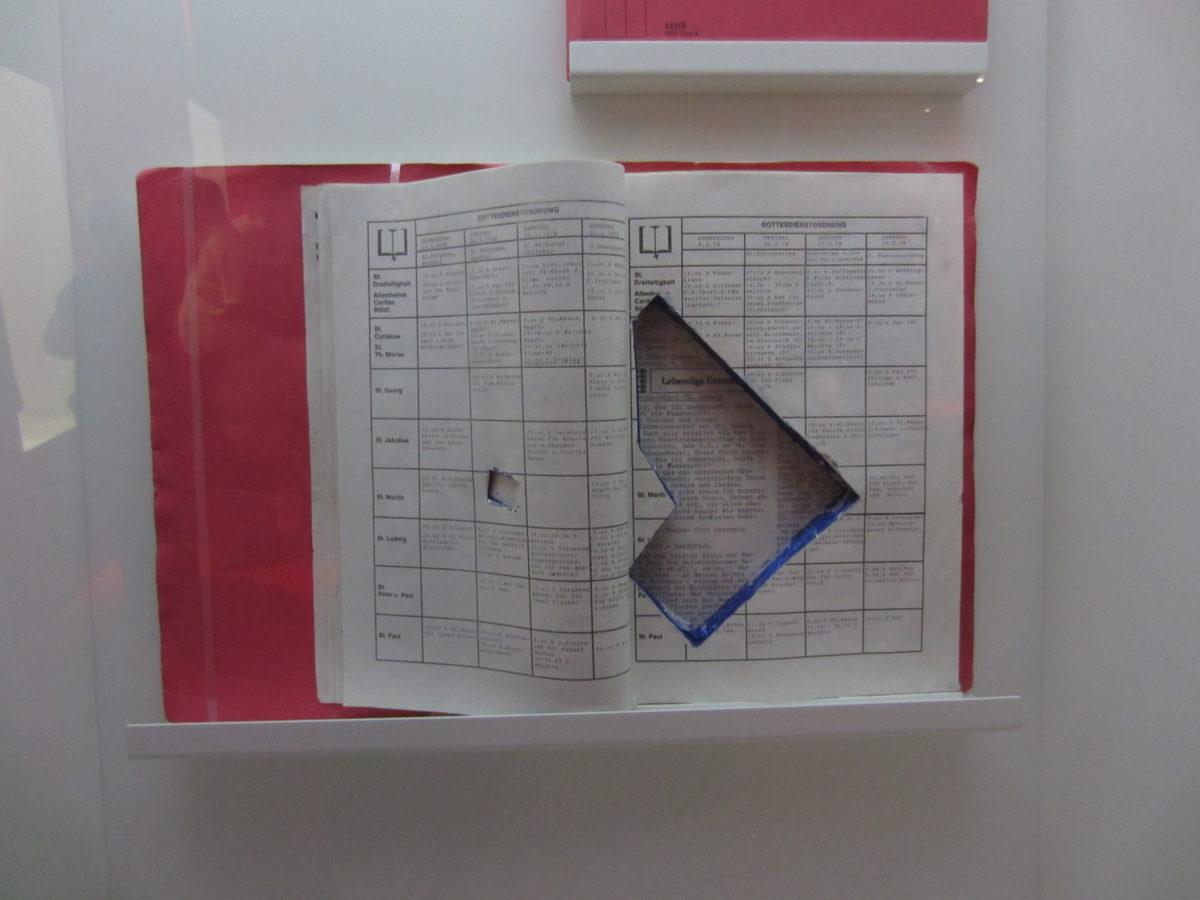 Versteck für Pistole in Akten während der Stammheim-Prozesse. Gezeigt in einer Ausstellung über die RAF in Stuttgart
