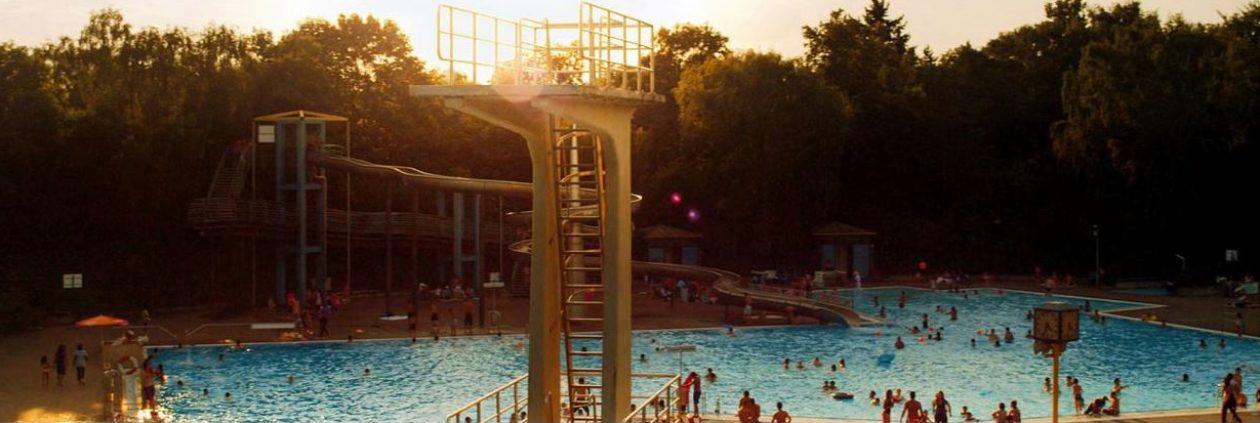 La piscine en textes, en sons, et en images