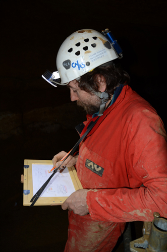 Stéphane Jaillet réalisant la cartographie de la géométrie des conduits de la grotte