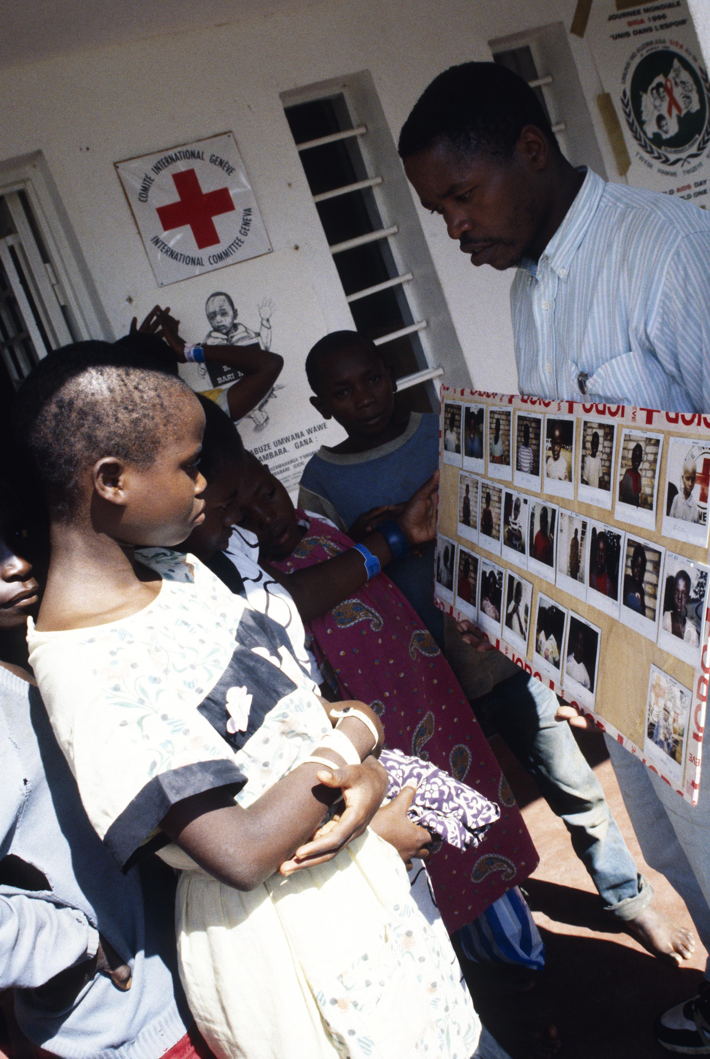 Kigali. Photos d'enfants non accompagnés à la recherche de leurs parents.