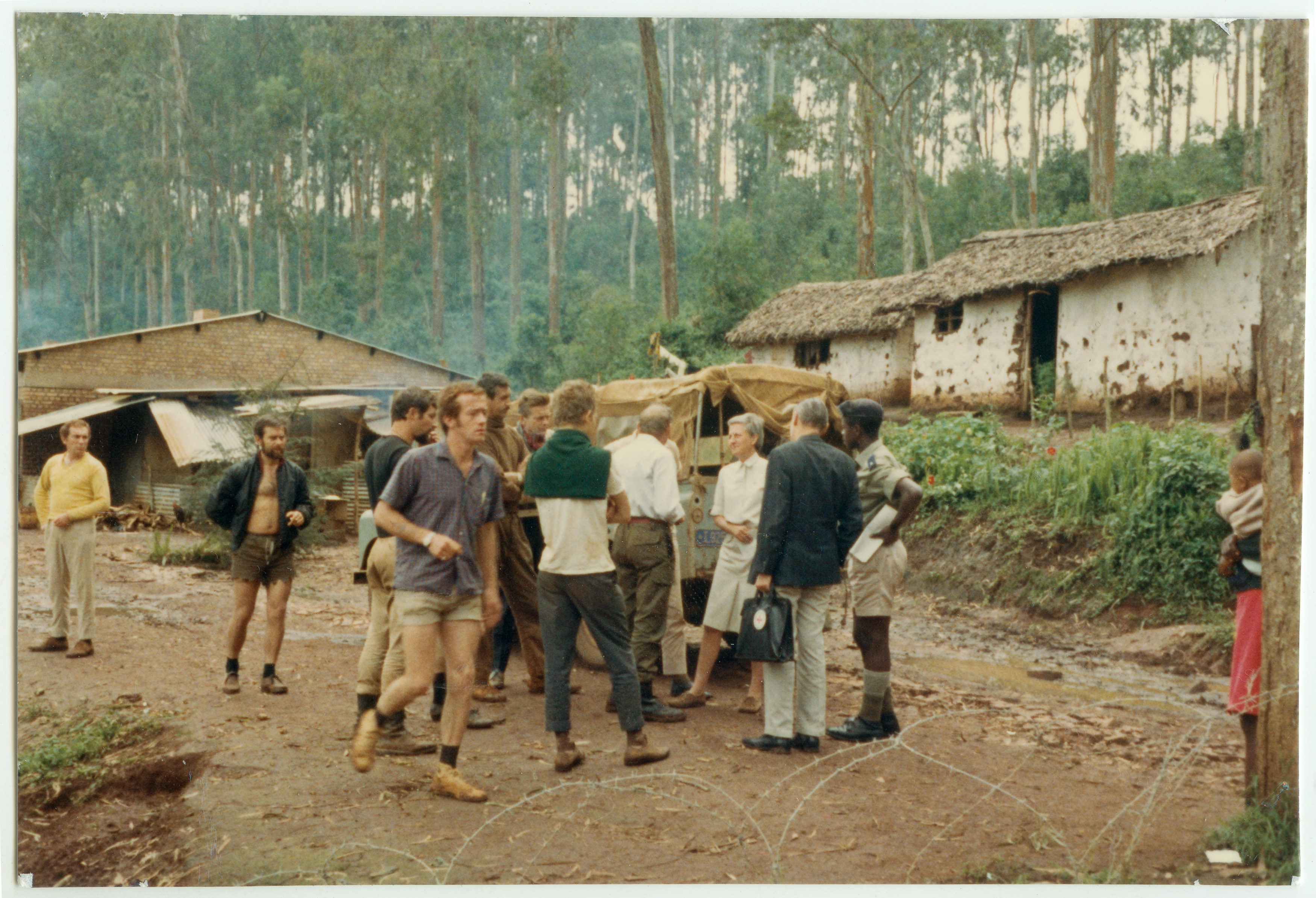 Shagasha. Des délégués du CICR en visite au camp des ex-mercenaires. Shagasha. ICRC delegates are visiting ex-mercenaries camp. Voir la Revue Internationale de la Croix-Rouge, 49ème année, décembre 1967, pp.554-561.