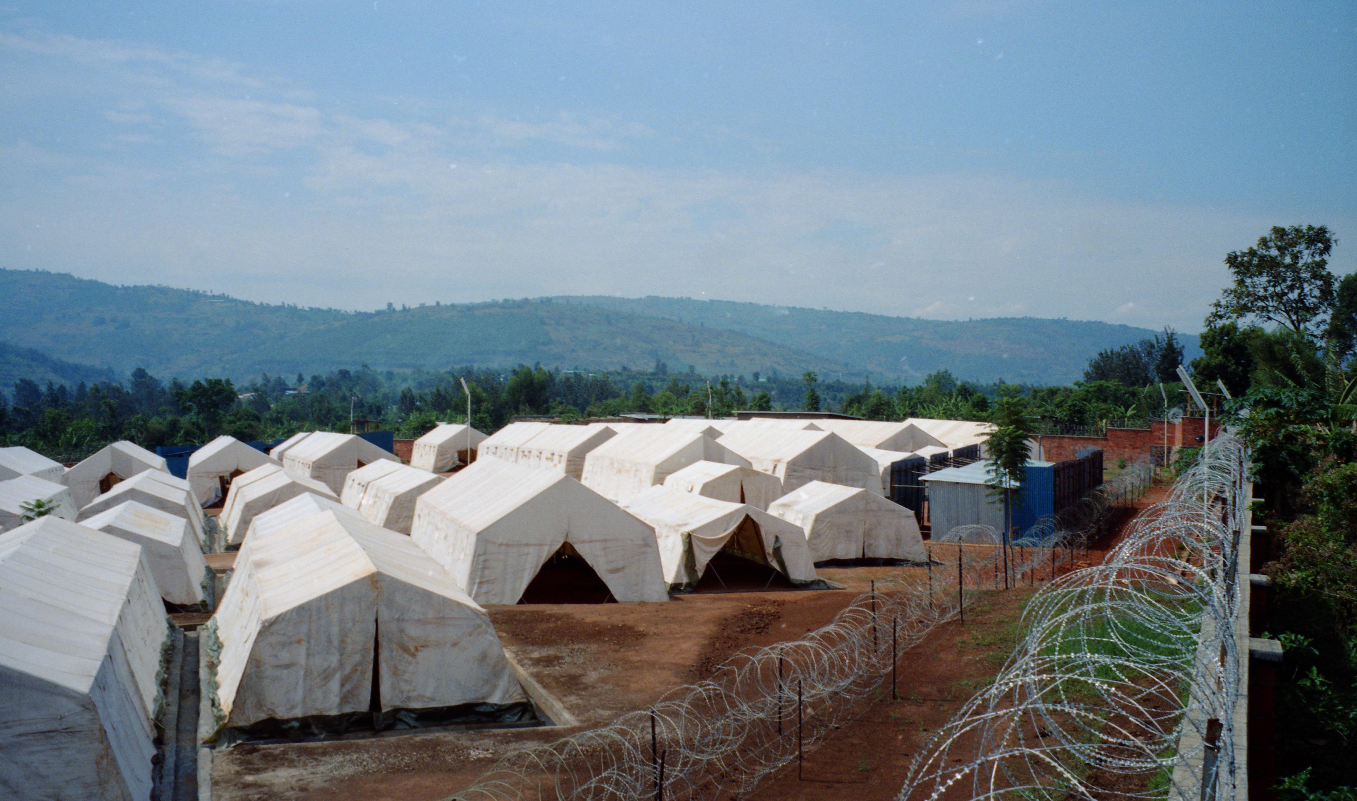 Kigali, site provisoire de détention ONATRACOM. Installation du site de désengorgement pour les prisonniers.
