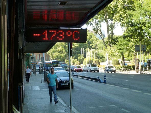 Thermomètre numérique madrilène erroné plusieurs mois durant, 2014. © Fabien Girardin.