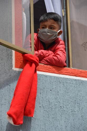 Chiffon rouge et enfant à Bogota. Photo de Victor de Currea-Lugo