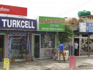 Tatlıcı à Şahintepe (Küçükçekmece). De l'entreprise agroalimentaire présente dans l'ensemble de la Turquie aux petits commerces de proximité comme ici, la référence gaziantepli est désormais systématiquement  attachée à certains plats et produits (baklava, kebap, etc.)