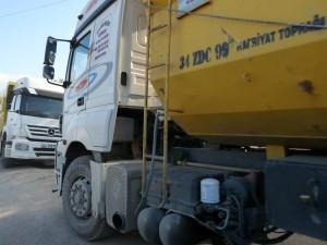 Contraste entre un paysage naturel et le flot de camions