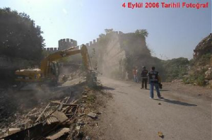 Une photo de la muraille à Yedikule