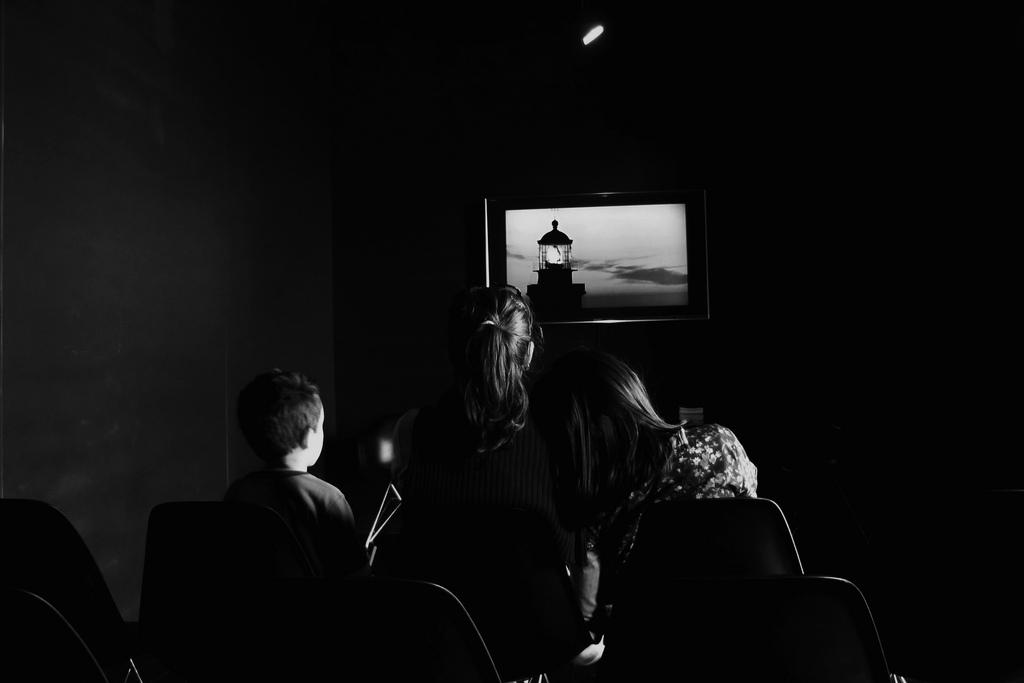 Imagem de gente vendo um filme sobre faróis