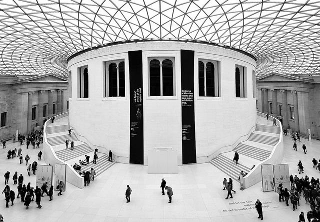 foto museu e visitantes