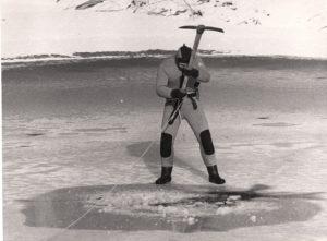 Taucher des Darmstädter Unterwasserclubs durchsucht den Arheilger Kalkofenteich nach Meteoriten, 1986