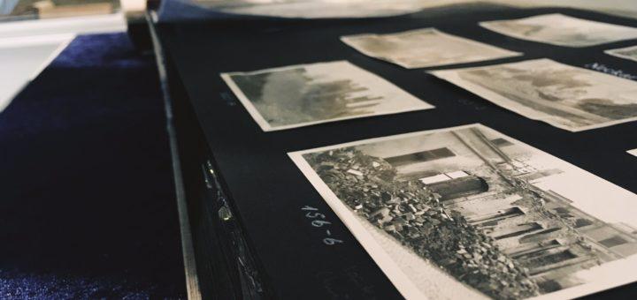 """Fotoalbum mit Dokumentation der Zerstörung in Darmstadt in einer Vitrine der Ausstellung """"75 Jahre Brandnacht - Die Zerstörung Darmstadts im Zweiten Weltkrieg"""" im Haus der Geschichte 2019, Foto: Wissenschaftsstadt Darmstadt/Rebekka Friedrich"""