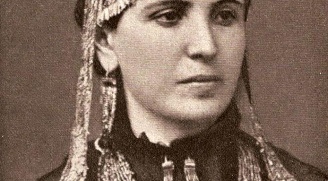 1873–1877: SOPHIA SCHLIEMANN MIT GOLDSCHMUCK AUS DEM »SCHATZ DES PRIAMOS«