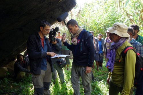 F.-X. Ricaut and H. Forestier discussing at Manim rock shelter in front of the camera.
