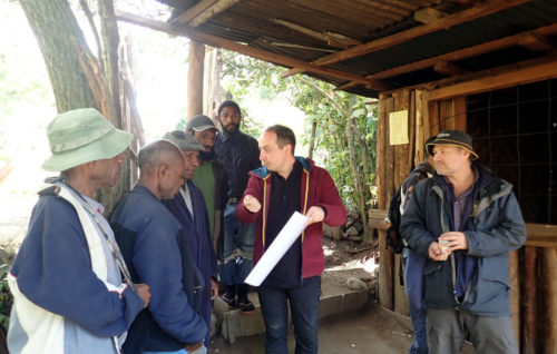 Nicolas Brucato and Matthew Leavesley presenting the project at a house in Gembogl (Simbu valley)