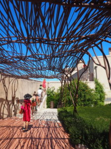 Visiteurs sur le chemin vers une exposition au fort St jean, Mucem