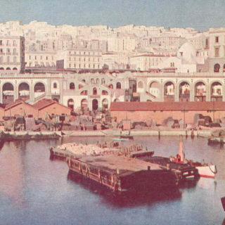 Le port d'Alger devant la place du gouvernement, 1913. Freshwater and Marine Image Bank, Université de Washington. Domaine public via Wikimedia Commons.