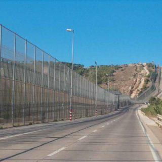 Barrière de Melilla vue du côté espagnol, par Ongayo. Licence CC BY-SA 4.0, via Wikimedia Commons.