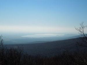 Slovenčina: Pohľad na Zemplínsku šíravu z vrcholu Lysáka