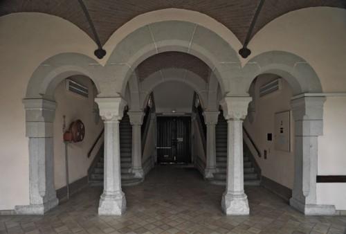 Vue du vestibule et de l'escalier principal depuis le cloître