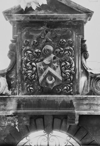 Les armoiries de la famille Mazuyer sur le portail, photographie anonyme vers 1890