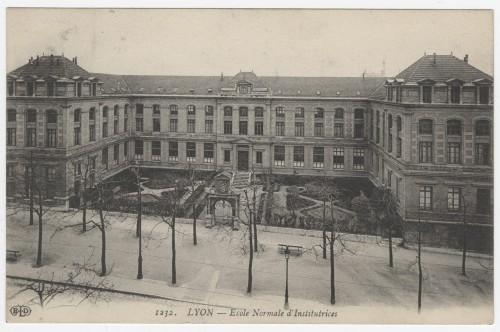 L'intégration du portail dans la composition de l'école normale d'institutrices boulevard de la Croix-Rousse, carte postale vers 1910