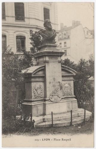 Le monument Raspail, carte postale vers 1894-1920. Archives municipales de Lyon, 4 Fi 00225. Repro. Archimaine © AM Lyon.