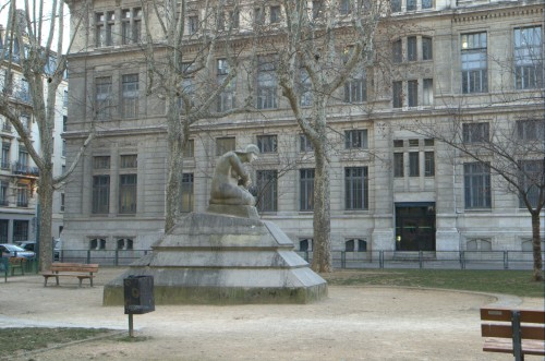 G. Salendre, La Pensée, avec l'université à l'arrière-plan. Phot. C. Guillot © Région Rhône-Alpes, Inventaire général du patrimoine culturel ; 2012 – ADAGP.