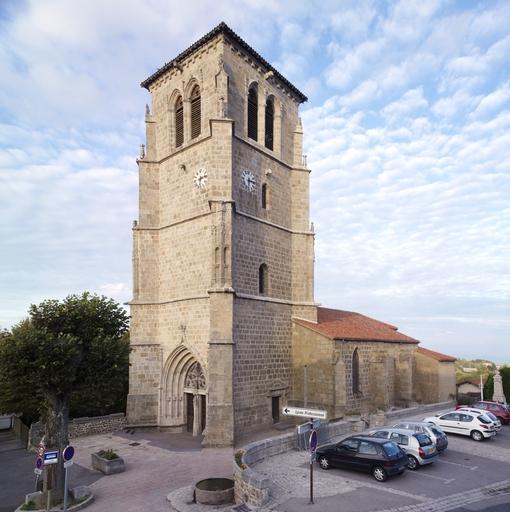 Verrières-en-Forez (Loire). Vue générale de l'église paroissiale Saint-Ennemond, depuis le sud-ouest.