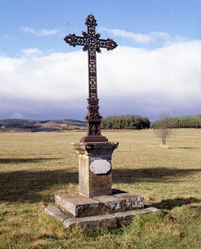 Rozier-Côtes-d'Aurec (Loire). Croix de mission de Chaumas, vue d'ensemble
