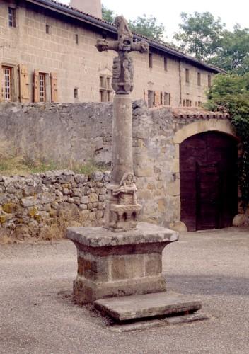 Merle-Leignec (Loire). Vue d'ensemble de la croix de cimetière