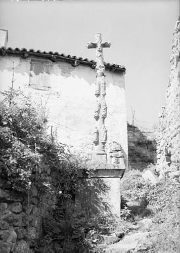 Montbrison (Loire). Croix d'Estiallet photographiée en 1960 par Jean Gourbeix pour les Archives photographiques des monuments historiques