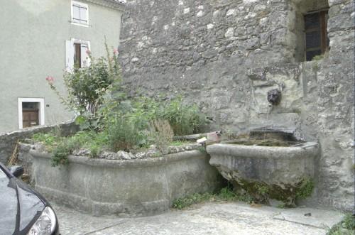 Salles-sous-Bois. Place du Cabaret, fontaine et ancien lavoir, aujourd'hui transformé en jardinet, vus de trois quarts.