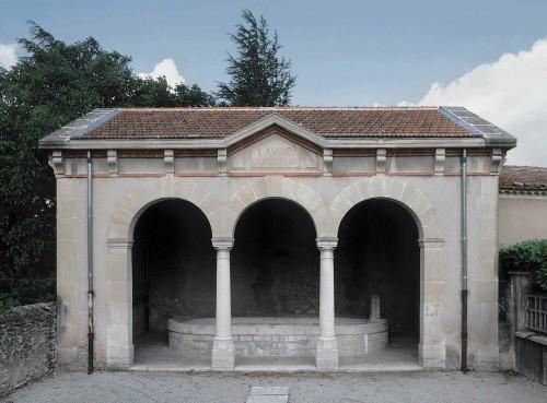 Chamaret. Le lavoir du village, construit en 1905 sur les plans de l'architecte Joannès Rey, de Valence, entrepreneur Charransol.