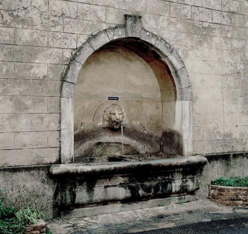 Réauville. La fontaine du village adossée au lavoir ; remaniée en 1905, elle conserve son bassin antérieur.