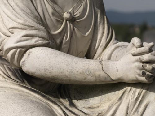 Tombeau de la famille Arnaud-Coffin-Saint-Cyr, détails de l'ange sculpté signé P. Dubief, Villefranche-sur-Saône