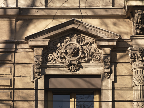Détail du décor de l'élévation ouest de l'hôtel, sur la rue de la République