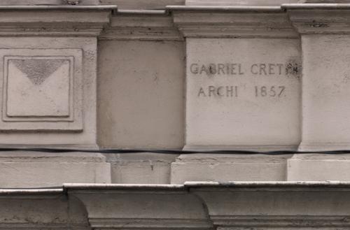 Signature de G. Crétin et date d'achèvement de la banque sur la façade sur rue